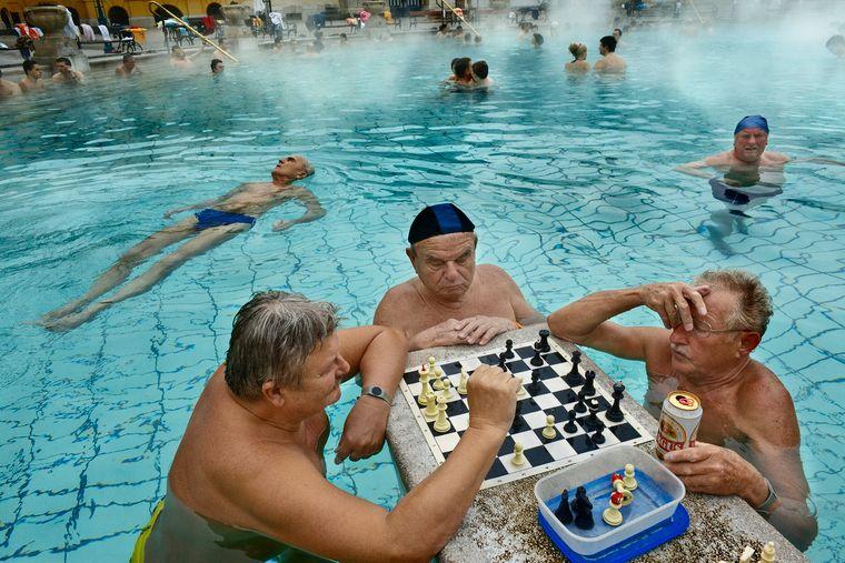 Alte Herren spielen Schach in den Széchenyi-Bädern in Budapest, Ungarn.