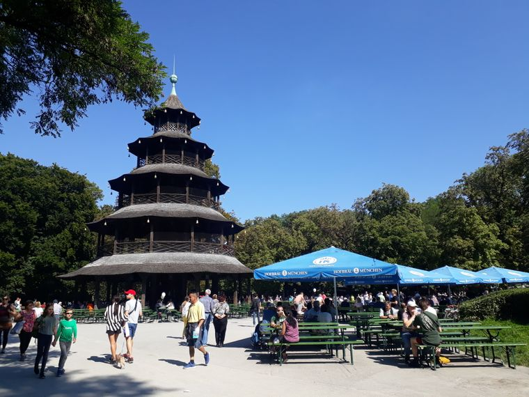 Der Biergarten am Chinesischen Turm ist bei Touristen aus aller Welt sehr beliebt.