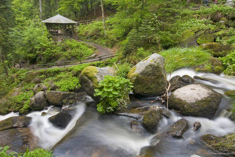 Im Schwarzwald findest du die Triberg-Wasserfälle.