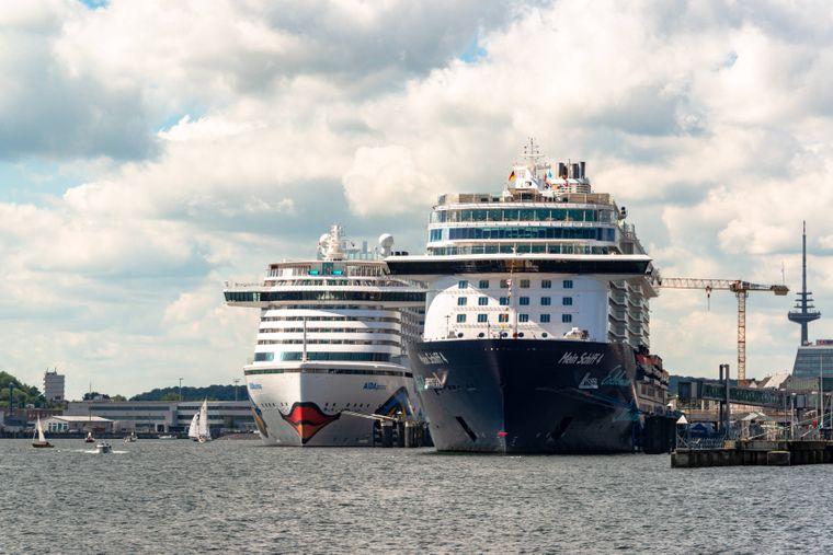Zwei große Kreuzfahrtschiffe in Kiel am Ostseekai- Aida und Tui Cruises streichen sämtliche Kreuzfahrten wegen Corona.