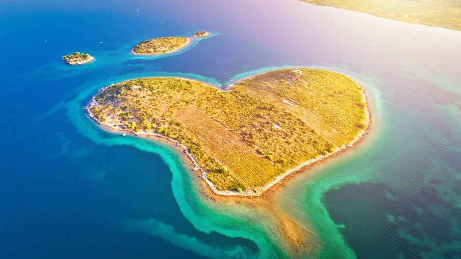 Insel an der kroatischen Adria: die herzförmige Insel Galesnjak.