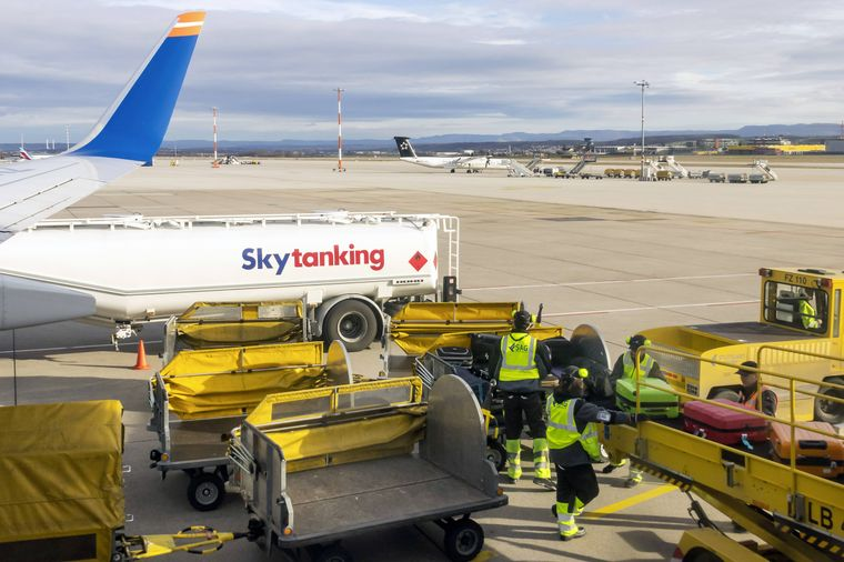 Angeblich sollen Koffer, die spät eingecheckt werden, später ins Flugzeug geladen und früher wieder entladen werden.