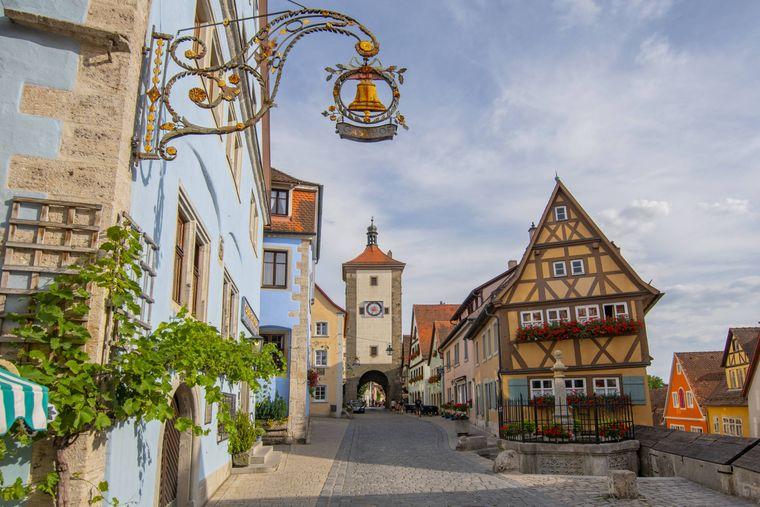 Platz 3 mit 69.100 Beiträgen: Rothenburg ob der Tauber in Bayern. Hier gibt es besonders viele schöne Fachwerkhäuser zu fotografieren. Die Stadt ist weltbekannt für ihre weitgehend erhaltene mittelalterliche Altstadt.
