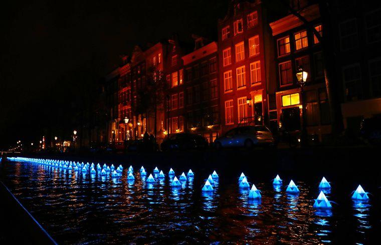 """Das Lichtkunstwerk """"Flower Strip"""" beim Lichtfestival Amsterdam."""