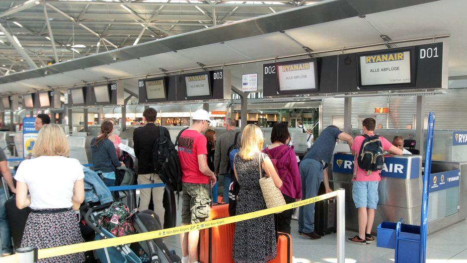 Warteschlange mit Passagieren am Check-in Schalter der Billig Fluggesellschaft Ryanair