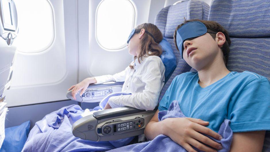 Kinder schlafen während eines Fluges tief und fest.