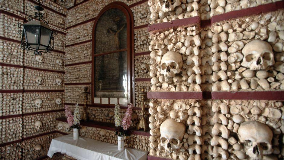 Die Capela dos Ossos (Knochenkapelle) in Faro besteht aus Knochen und Schädeln von Mönchen.