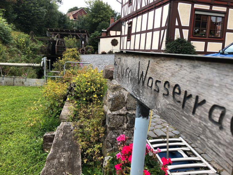 Hier im Dorf steht das Wasserrad.