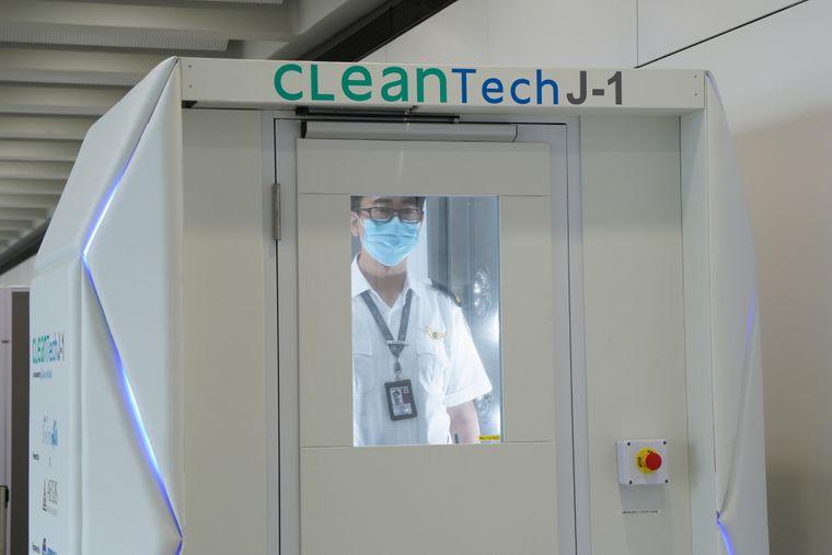 """""""CLeanTech"""", eine Ganzkörper-Desinfektionsanlage, bekämpft Bakterien und Viren auf der Haut und Kleidung des Nutzers."""