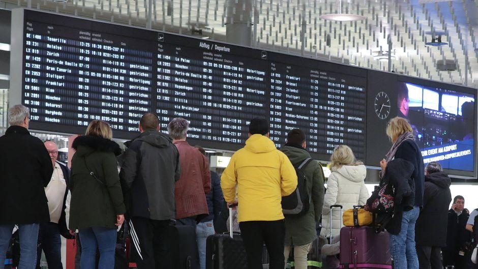 """Wartende Passagiere am Hauptbahnhof Hannover: Der Zugverkehr war wegen des Orkantiefs """"Sabine"""" zeitweise komplett eingestellt."""