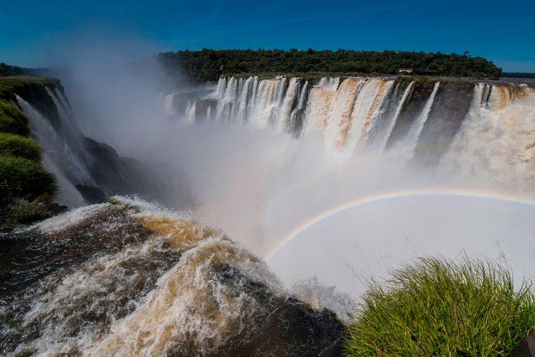 An den Iguazú-Wasserfällen sind immer wieder Regenbögen zu sehen.