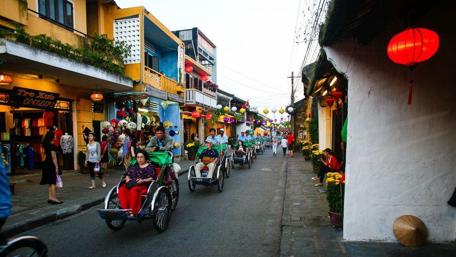 Rikschas fahren durch Hoi An in Vietnam