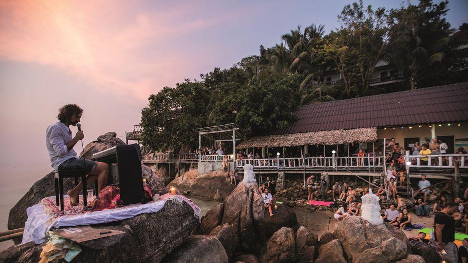 Joe bei einem Strandkonzert in Thailand.