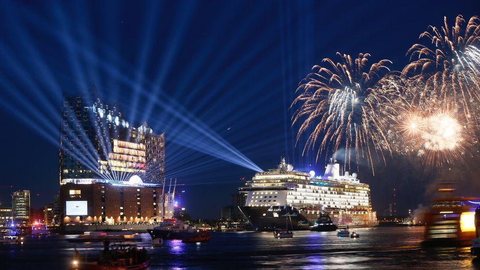 """Direkt nach der Taufe vor der Elbphilharmonie in Hamburg gab es ein Feuerwerk für die """"Mein Schiff 6""""."""