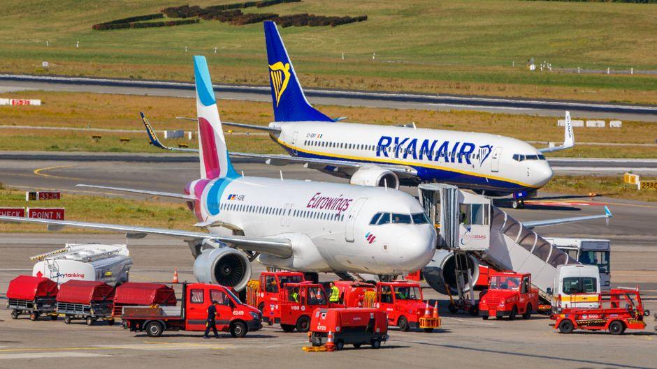 Eine Maschine von Ryanair und eine von Eurowings auf dem Rollfeld.