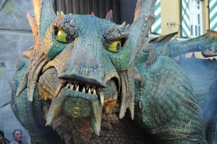 Er sieht zwar furchterregend aus, aber vor diesem Drachen muss keiner Angst haben. Die Bewohner der Stadt Furth im Wald erstechen ihn regelmäßig.