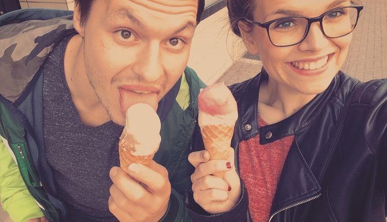 Lena Pres und Oleg Burhanau beim Eisessen