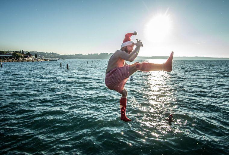 Wasserspringen zu Neujahr in Portoroz, Slowenien