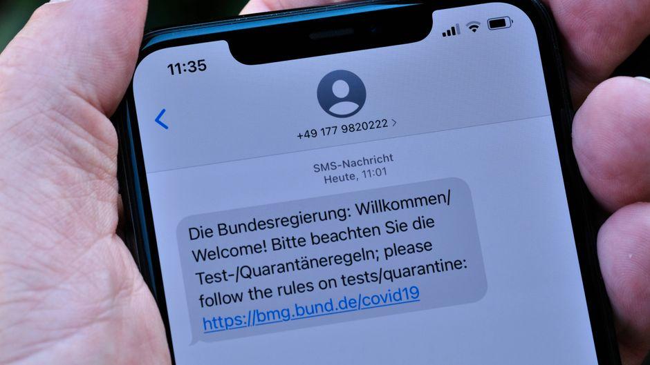 Corona-SMS der Bundesregierung. Nach einer Auslandsreise erhält man eine Nachricht über die aktuellen Test- und Quarantäneregeln während der Corona-Pandemie.