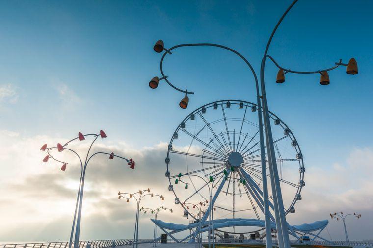 Das Baku-Eye-Riesenrad steht am Ende der Bulvar-Promenade.