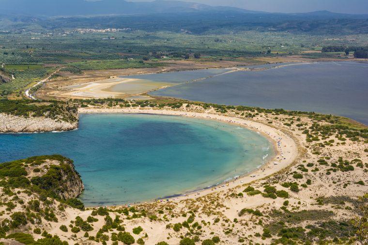 Von Menschen per Hand angelegt: die typische Halbkreisform des Voidokilia-Strands in der Peloponnes-Region.