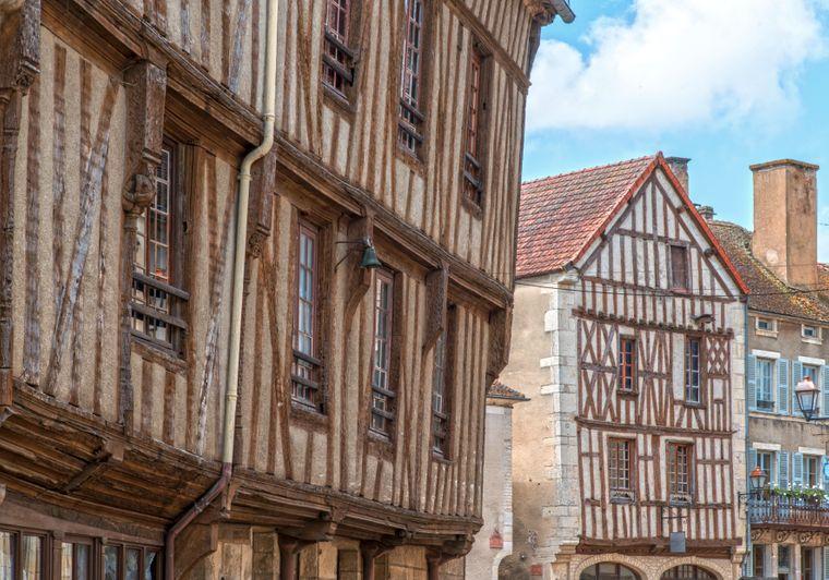 Historische Fachwerkgebäude sind charakteristisch für Noyers-sur-Serein östlich von Chablis im Burgund.
