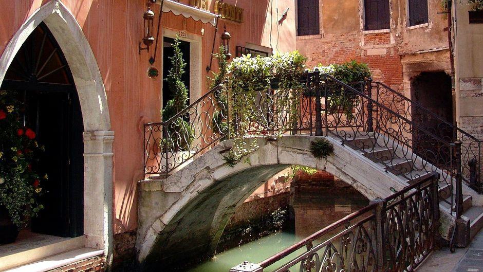 Eine Brücke führt über eine Gracht in Venedig.