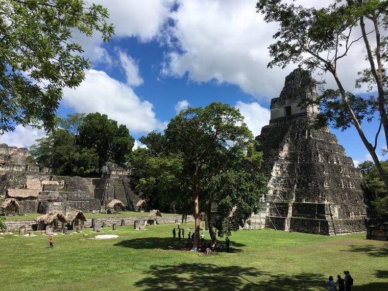 Steinerne Zeugnisse einer untergegangenen Zivilisation: Der große Platz mit dem Tempel des Großen Jaguars ist für viele der wichtigste Ort der Maya-Stätte Tikal.