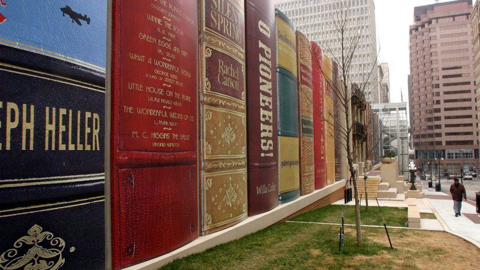 Die Fassade der öffentlichen Bücherei in Kansas City hat die Optik von Buchrücken.