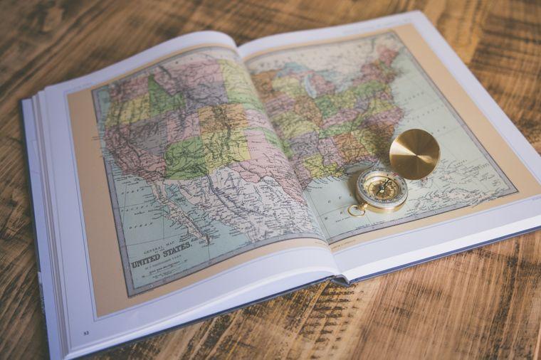 Kompass auf Weltkarte.