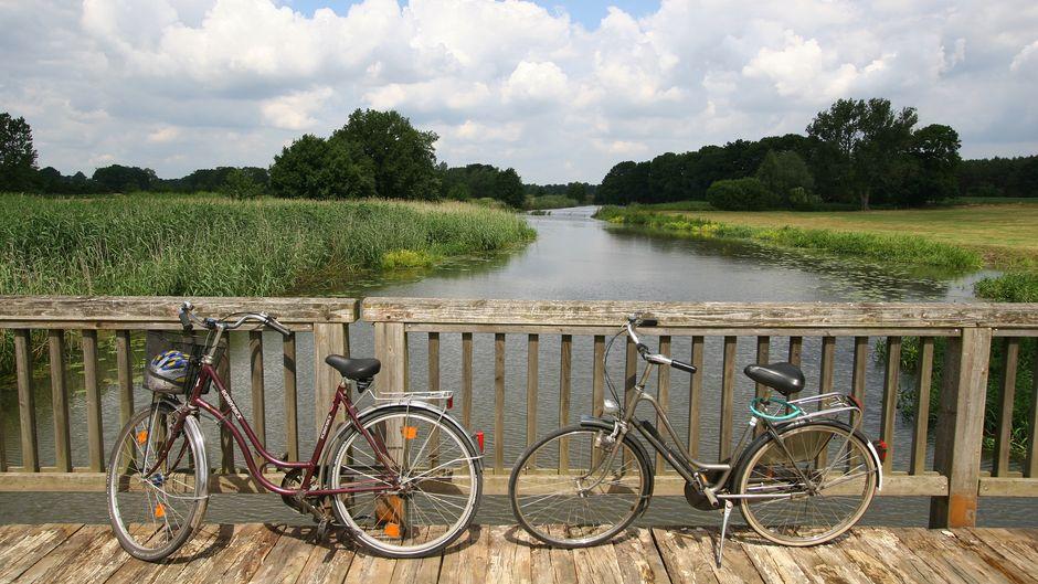 Die Prignitz ist ein echtes Paradies für Radfahrerinnen und Radfahrer. Auf Touren zu unterschiedlichen Themen lässt sich die Landschaft gut erkunden und ganz nebenbei auch etwas über die Geschichte der Region lernen.