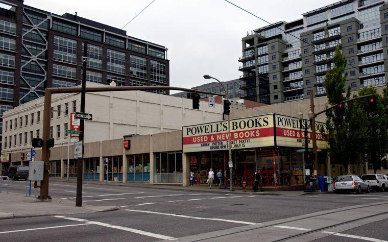 Powell's Book gilt als größter inhabergeführter Bücherladen der Welt. Er umfasst einen ganzen Häuserblock in Portland.