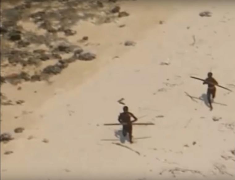 Die Ureinwohner von North Sentinel Island verteidigen ihre Isolation mit Pfeil und Bogen.