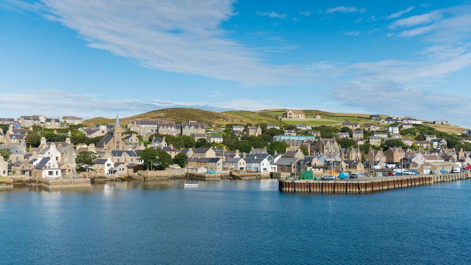 Einmal abschalten, bitte: Die Hafenstadt Stromness ist einer der Hauptorte der Orkney-Inseln – dabei wirkt sie nicht nur vom Wasser aus eher wie eine beschauliche Kleinstadt.