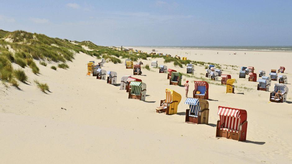 Bunte Strandkörbe auf der Insel Juist.