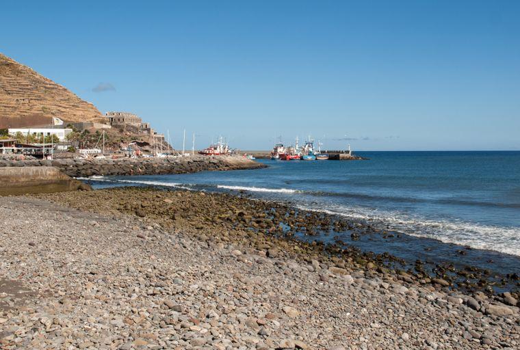 Der Steinstrand Praia de Machico ist besonders bei Einheimischen beliebt.