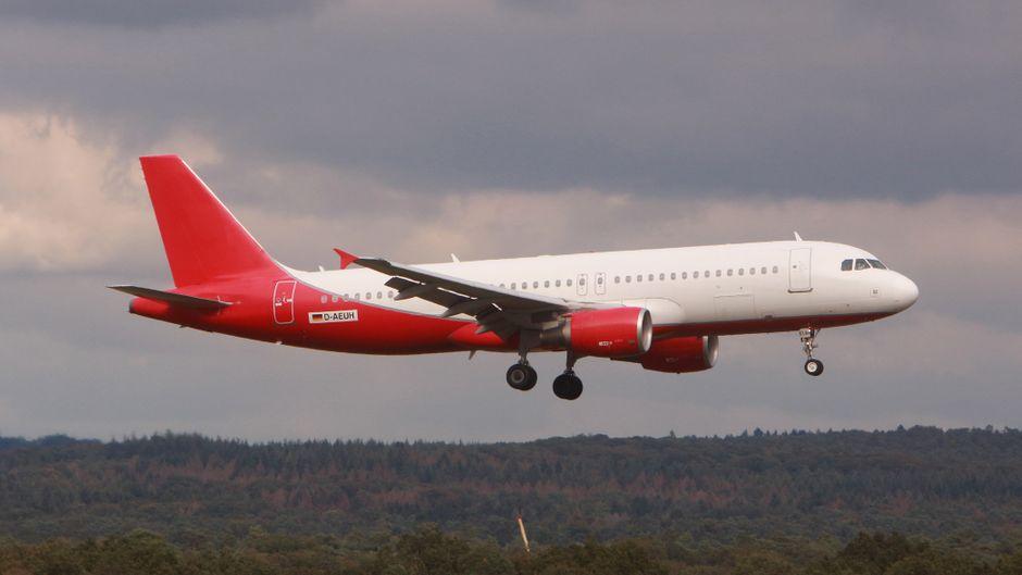 Vom Bauch bis zur Heckflosse alles in Rot: Diesen Anstrich kennen wir doch von der pleitegegangenen Air Berlin? (Symbolfoto)
