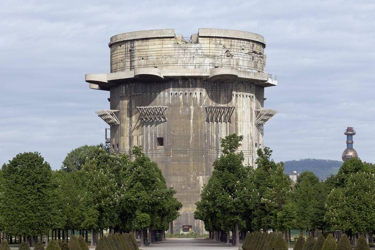"""Der Flakturm im Augarten ist ein Hochbunker aus dem Zweiten Weltkrieg. Er ist ein Stopp auf der """"Vienna Ugly""""-Tour durch Wien."""