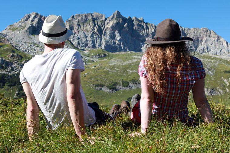 Pause muss auch mal sein – wie hier beim Wandern auf dem Lechweg.