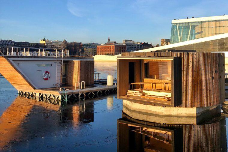 Zwei Sauna-Hütten im Oslofjord, im Hintergrund die Innenstadt und die Oper.
