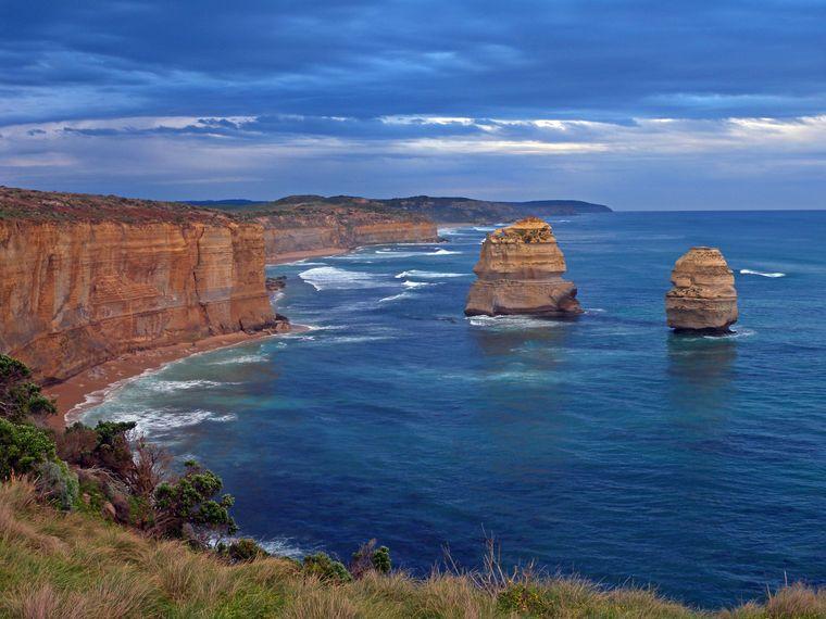 Die Küstenlandschaft entlang der Great Ocean Road in Australien beeindruckt jedes Jahr zahlreiche Backpacker.