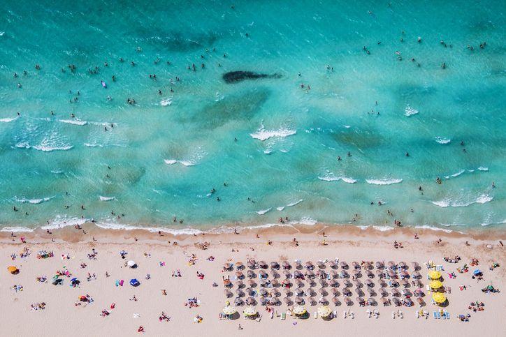Drohnenaufnahme des Strandes in Izmir