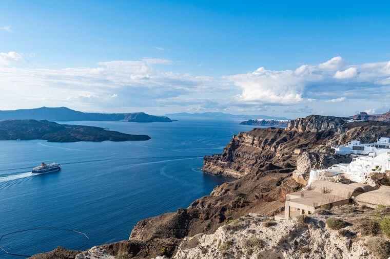 Mit der Fähre offenbart sich die Vulkaninsel besonders schön.