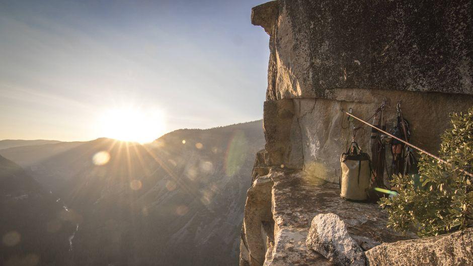 Die Sonne geht vor einem Camp an der Westwand des Yosemite-Nationalparks unter.