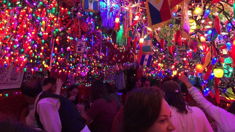 Kitschige Lichterketten und Deko an der Decke des indischen Restaurants Panna II Garden in New York.