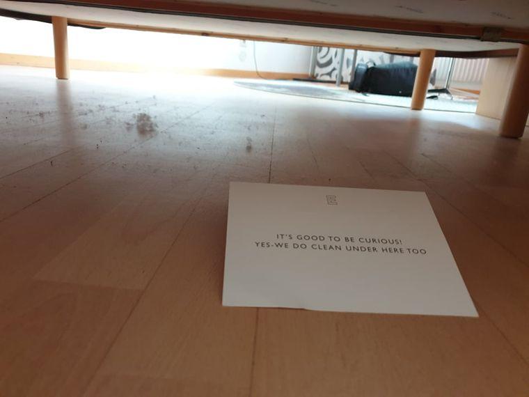 Ein Schild unter dem Bett.