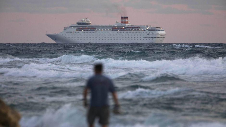 """Das Kreuzfahrtschiff """"Grand Classica"""" läuft im Hafen von Palm Beach ein."""