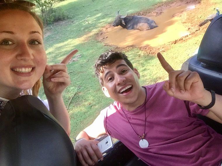 Ein Selfie darf natürlich nicht fehlen: Carina und Eduardo mit gesichtetem Büffel (hinten).