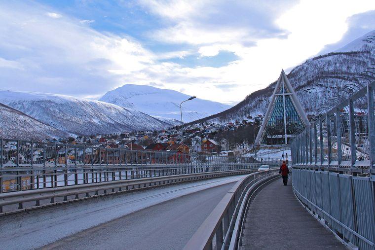 Blick auf die Eismeerkathedrale in Tromsø von der Tromsøbruabrua, Norwegen