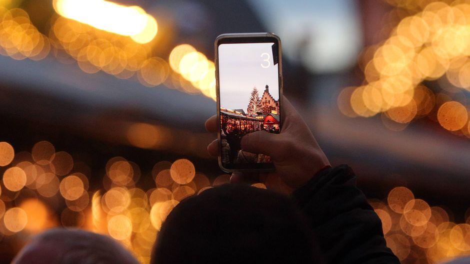 Die schönsten Weihnachtsmärkte Europas über den Bildschirm deines Smartphones erkunden? Dank Livestreams und 360-Grad-Touren kein Problem!